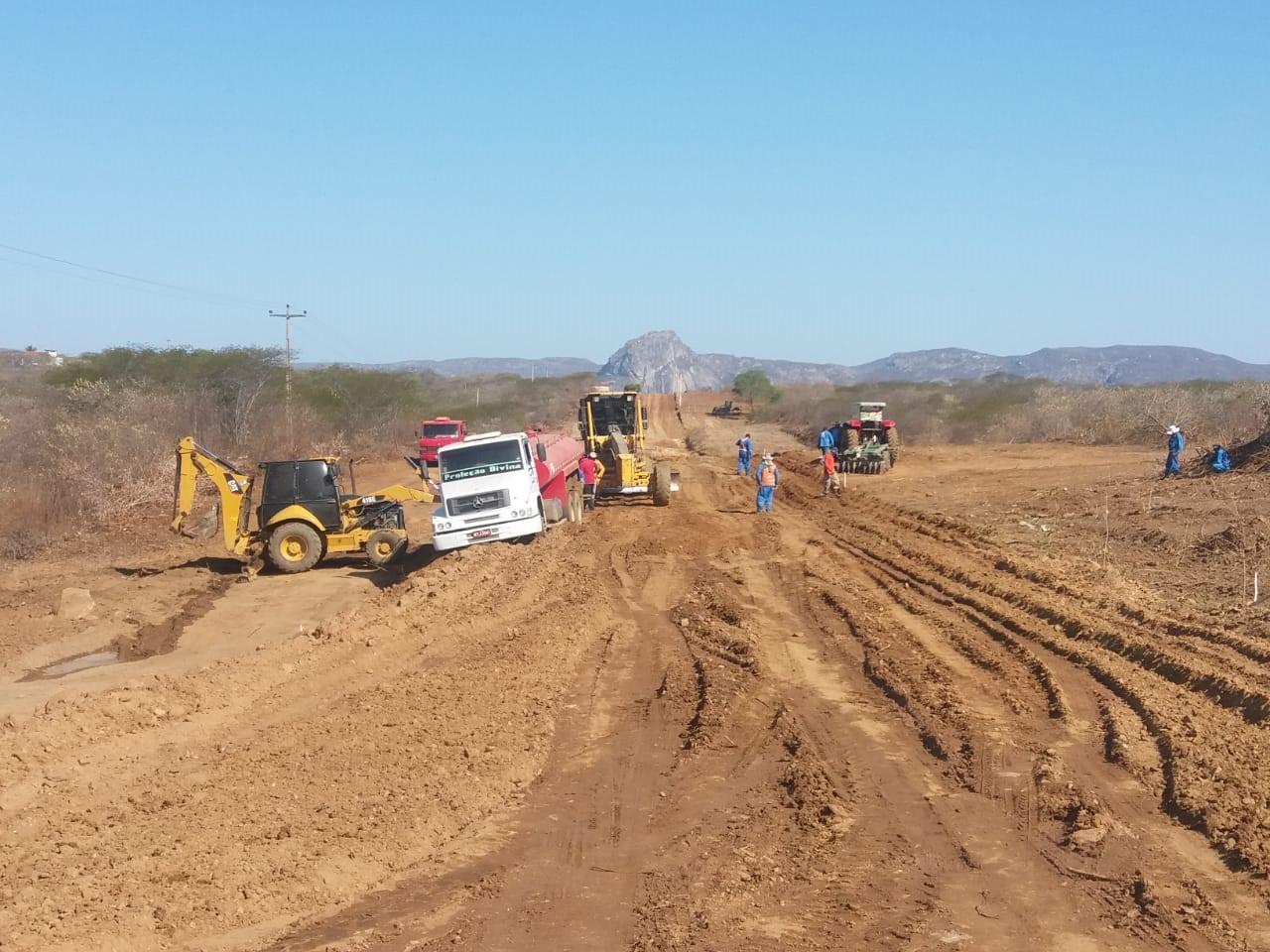 Pavimentação entre Quixadá e o distrito de Custódio se aproxima dos 40% de execução